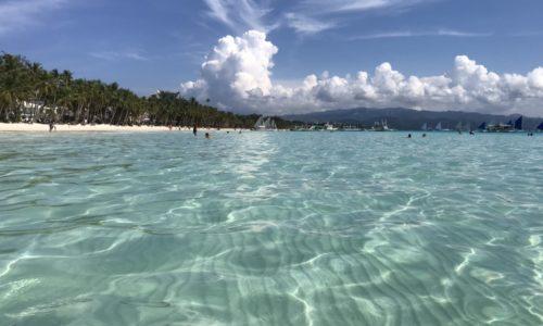ボラカイ島の透明度の高い海とホワイトビーチ