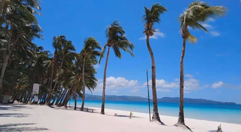ロックダウン中のボラカイ島ホワイトビーチ